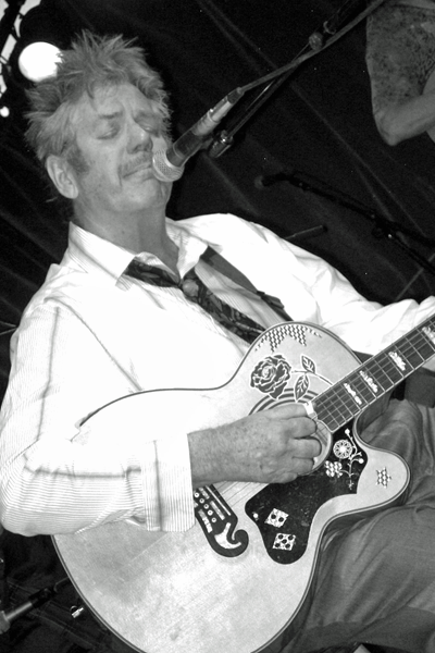 Picture of Dan Hicks. Dan Hicks and His Hot Licks, Santa Fe Brewing Co. June 28, 2009. Photo by Steve Terrell from Santa Fe, USA